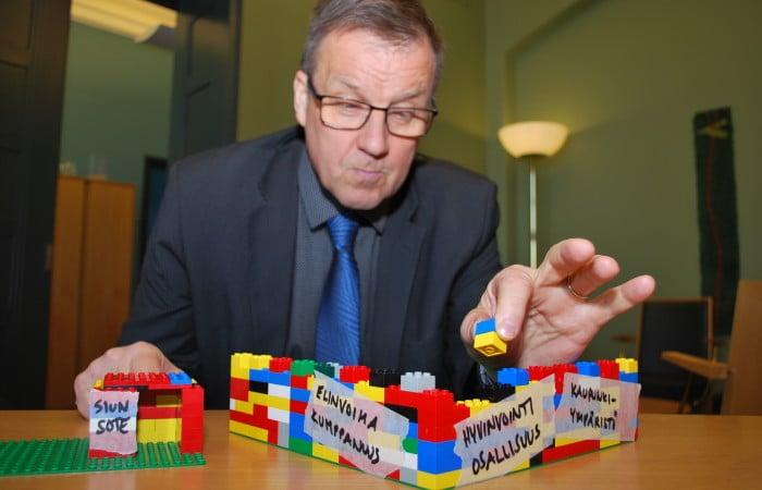 Kaupunginjohtaja Kari Karjalainen rakentaa legoja