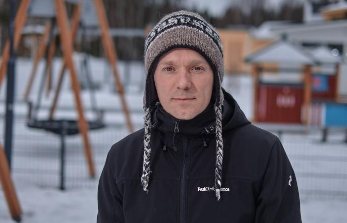 Iceheartsjoukkueen kasvattaja Henri Pursiainen poseeraa leikkikentällä.