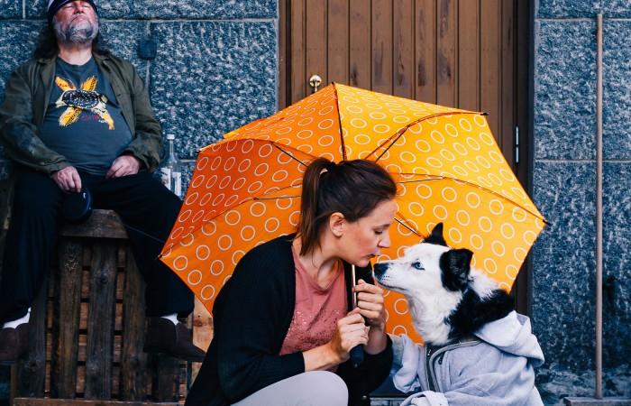 Kuvassa nainen ja koira, kuva näyteömästä 9 hyvää syytä elää